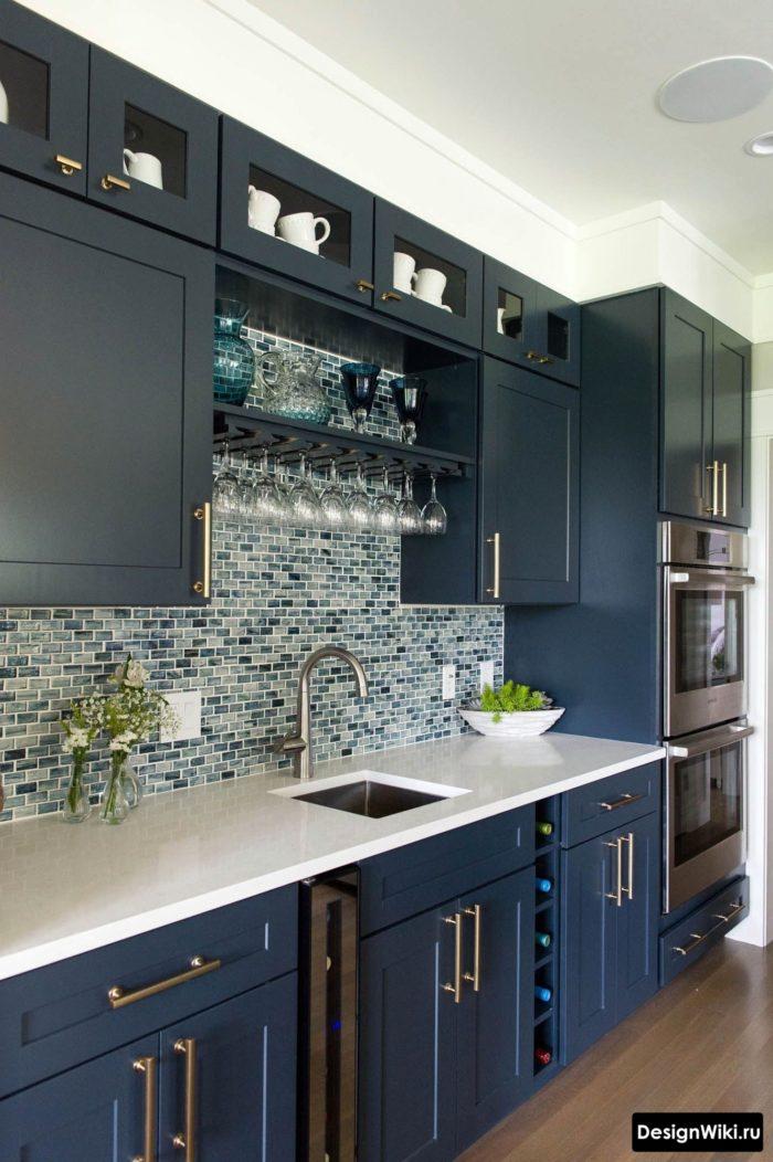 Мозаика на фартуке синей кухни в стиле неоклассика