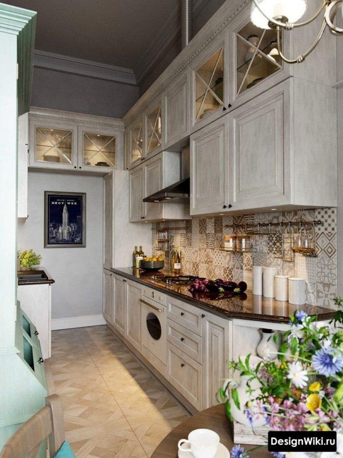 Напольная квадратная плитка с имитацией дерева в прованской кухне