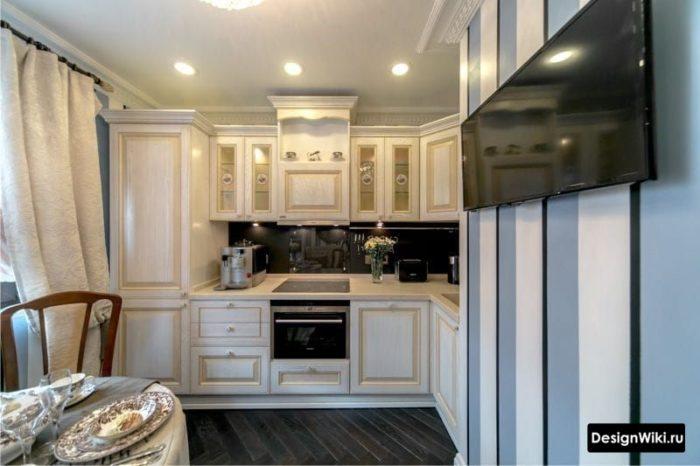 Обои с бело-голубыми полосками на кухне