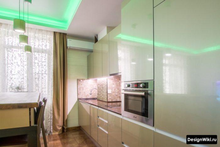 Обычная штора и тюль с узором в интерьере кухни