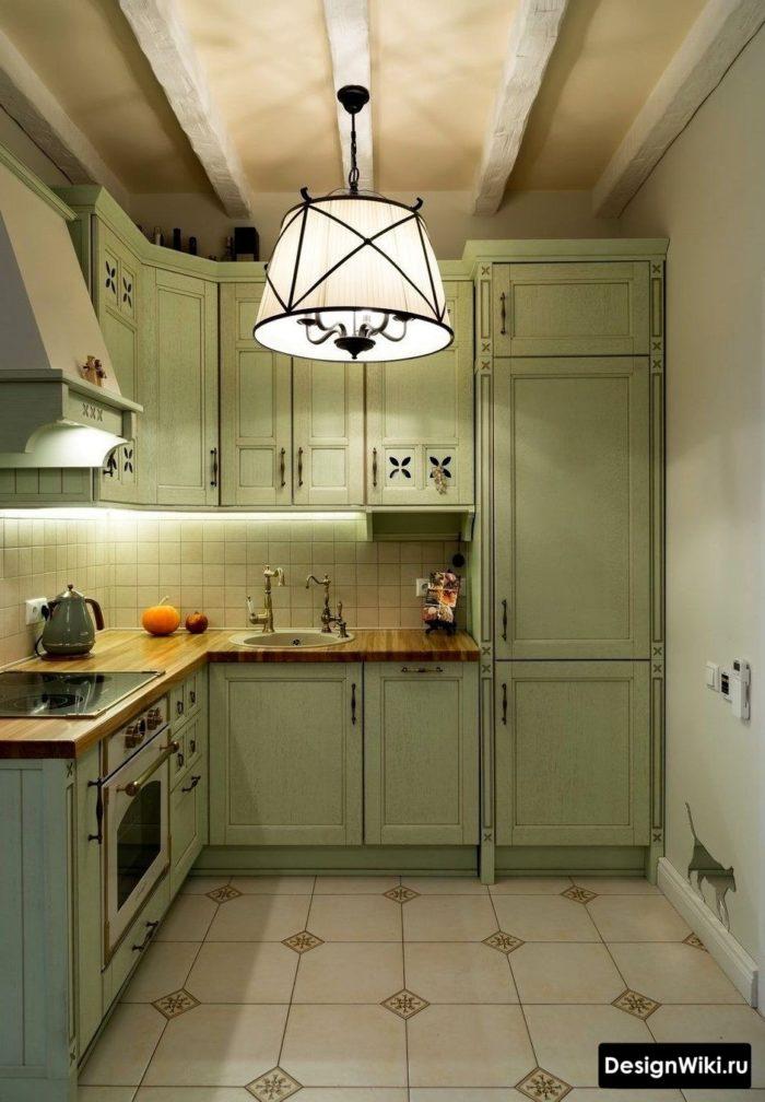 Освещение и фальшбалки на кухне в стиле прованс
