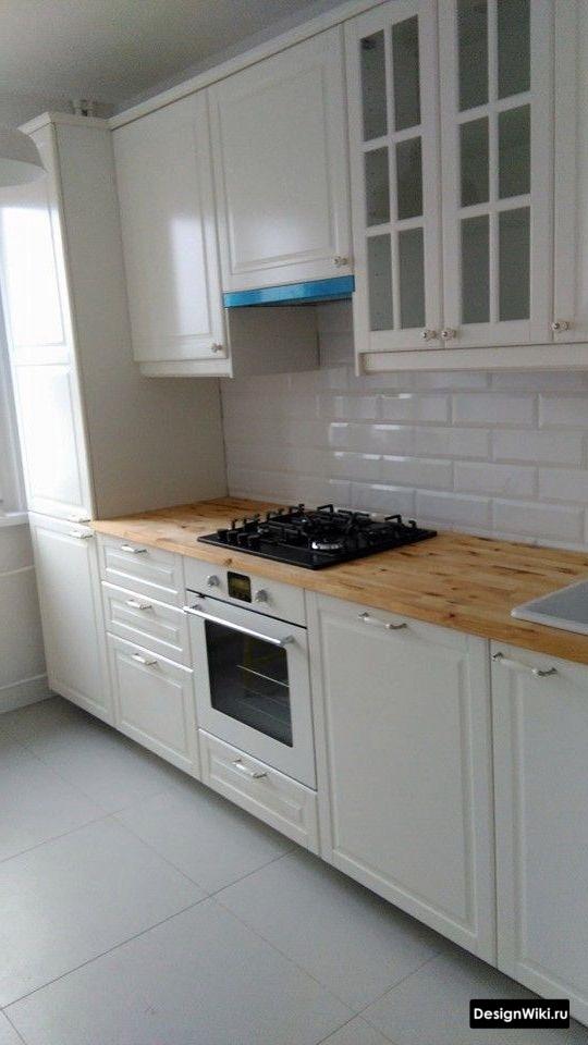 Плитка белые глянцевые кирпичики на фартуке кухни в стиле неоклассика