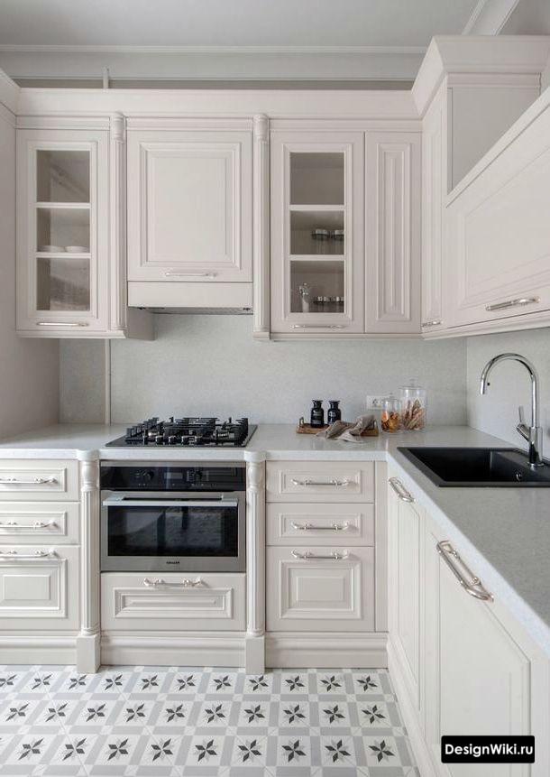 Плитка с узором на полу кухни в стиле неоклассика