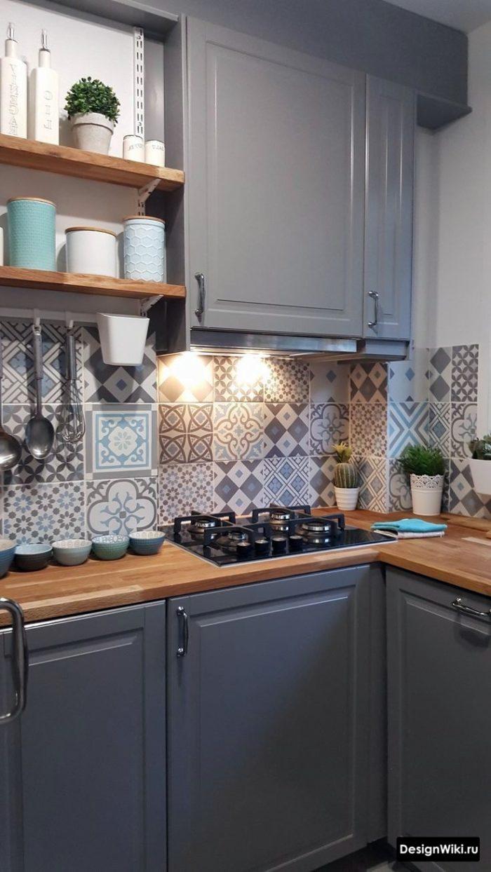 Плитка с узором на фартук кухни в стиле неоклассика