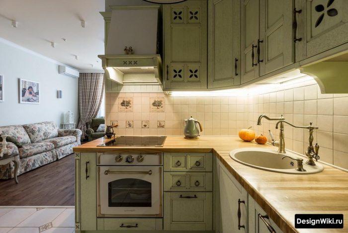 Подсветка фартука в зеленой кухне в стиле прованс