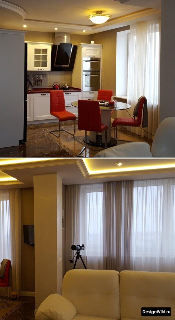Потолок с плинтусом и подсветкой в интерьере кухни-гостиной в стиле неоклассика