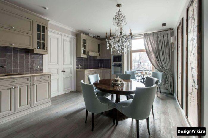 Простой белый матовый потолок в интерьере кухни-столовой в стиле неоклассика