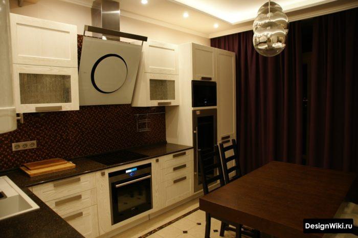 Прямые бордовые шторы на кухне в стиле неоклассика