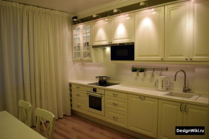 Прямые светлые шторы в интерьере кухни в стиле неоклассика