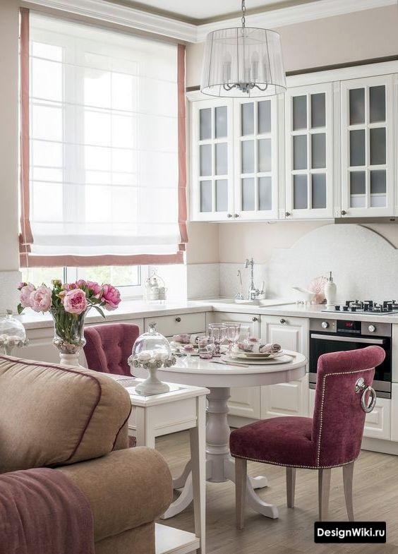 Римские бело-розовые шторы на кухне