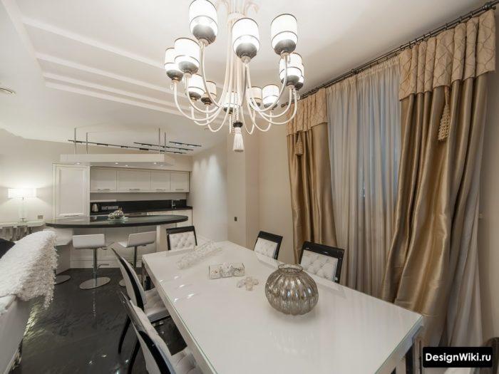Сатиновые бежевые шторы в кухне-гостиной