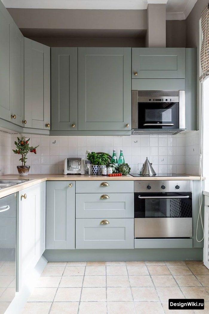 Светло-бирюзовая кухня в стиле неоклассика