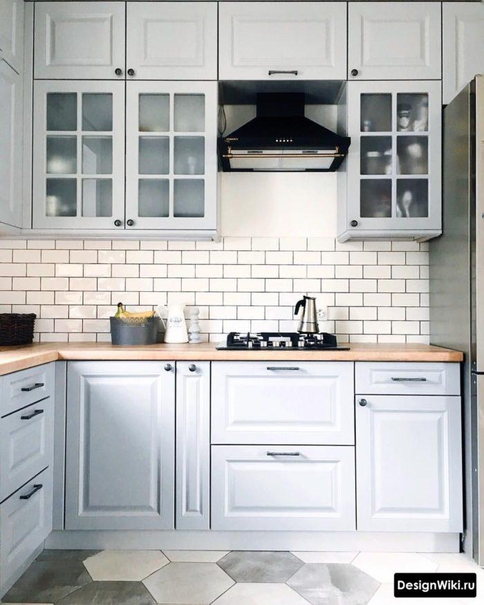 Светло-голубая кухня в стиле неоклассика
