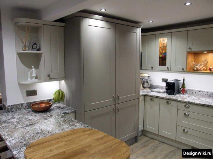 Светло-серая кухня в стиле неоклассика с барной стойкой