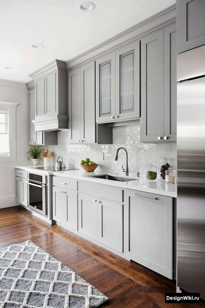 Светло-серая линейная кухня в стиле неоклассика