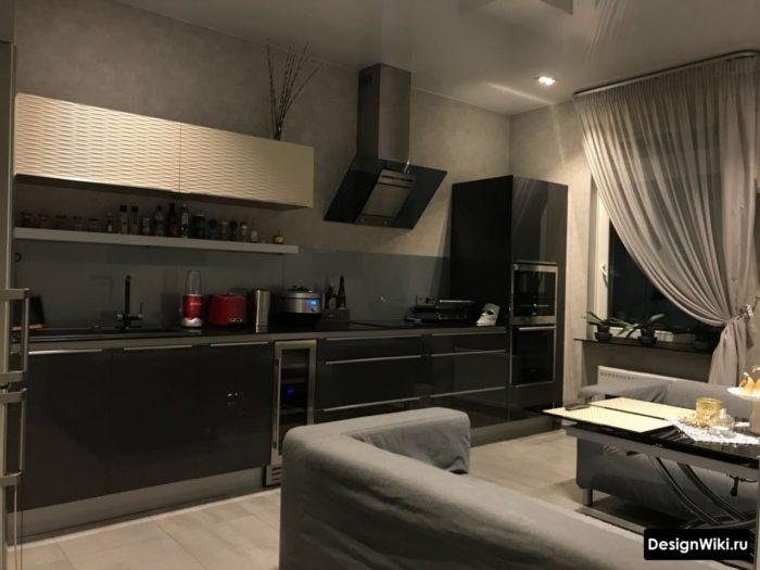 Светло-серая тюль на черной кухне