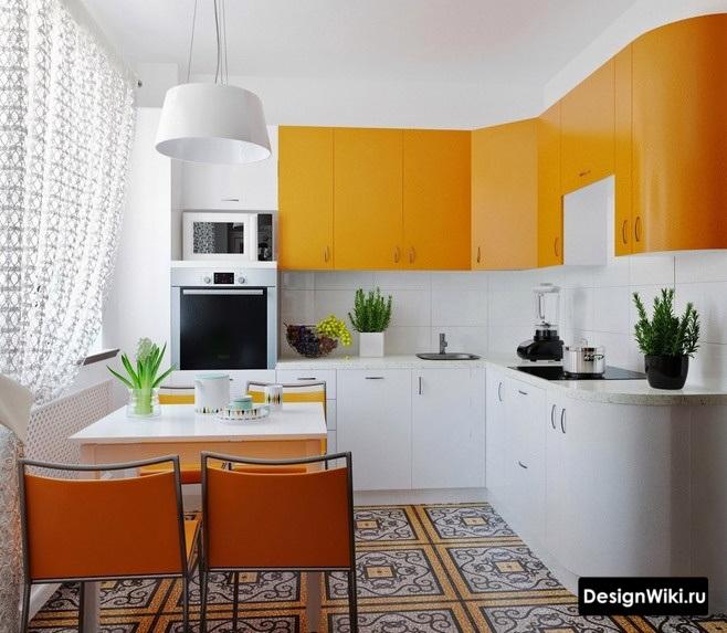 Светлые шторы для оранжевой кухни