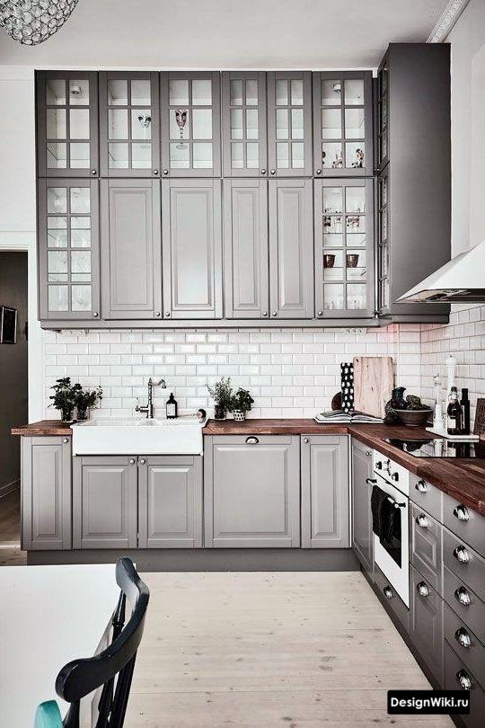 Серая кухня в стиле неоклассика до потолка