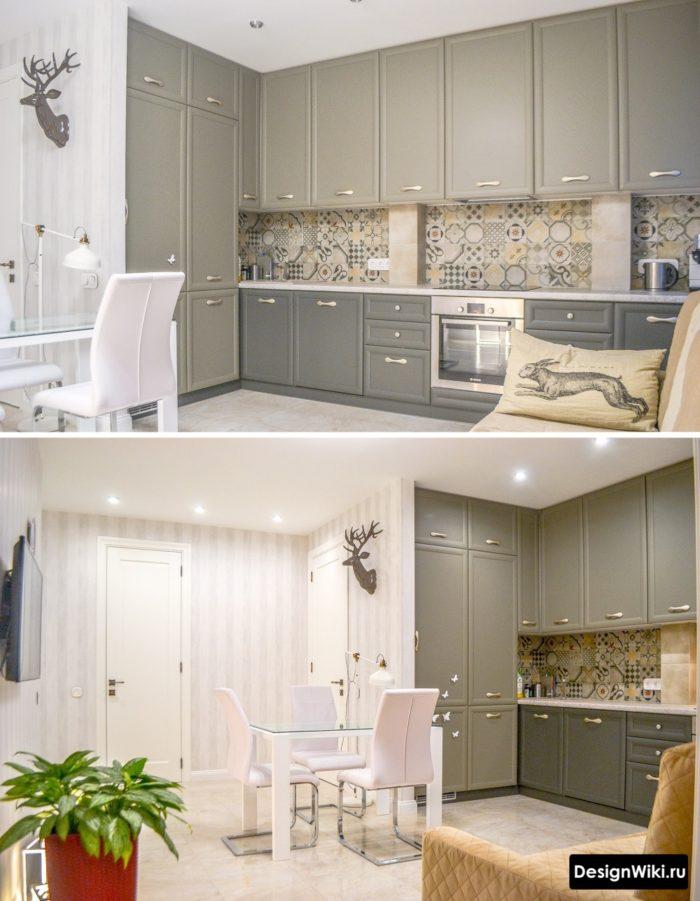 Серая кухня в стиле неоклассика под потолок