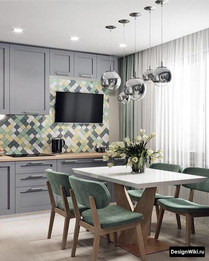Серая кухня-столовая в стиле неоклассика
