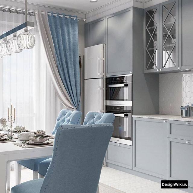 Серая кухня с серо-голубыми шторами