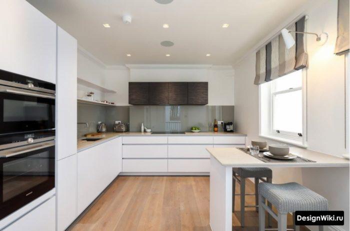 Серо-бежевые короткие шторы на белой кухне