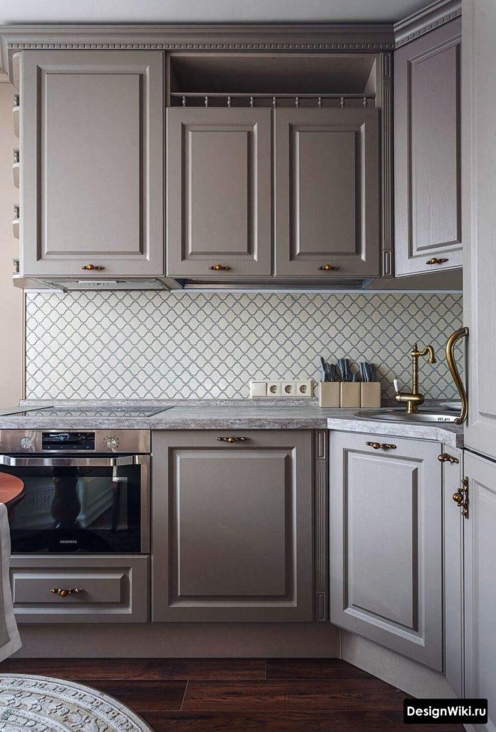 Серо-голубая кухня с люстрой в стиле неоклассика