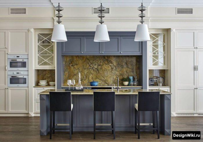 Серо-голубая кухня с островом в стиле неоклассика