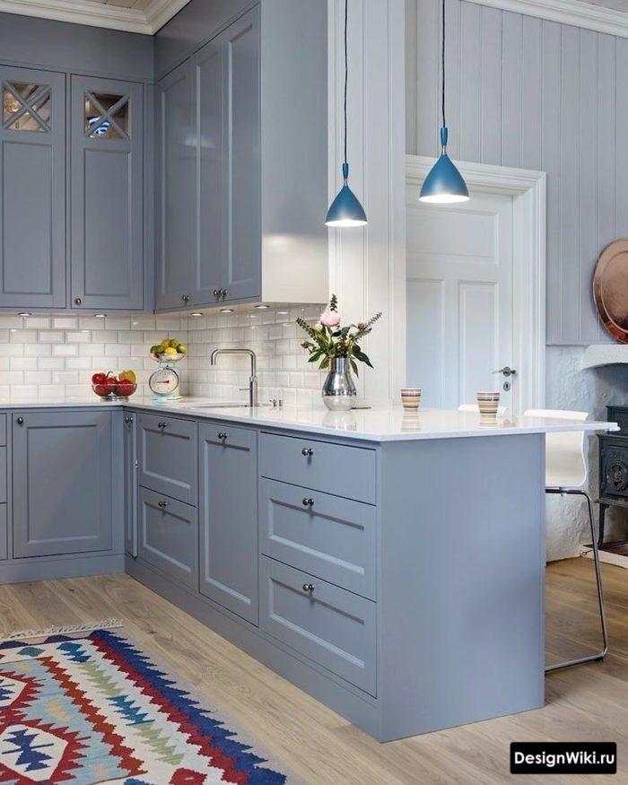 Серо-голубая светлая кухня в стиле неоклассика