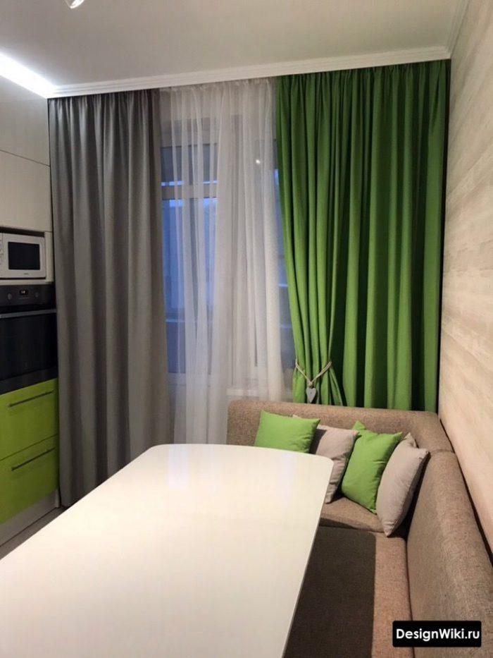 Серые и зеленые ассиметричные шторы на кухне