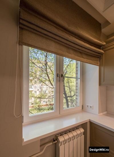 Серые короткие занавески с вертикальным открыванием на кухне