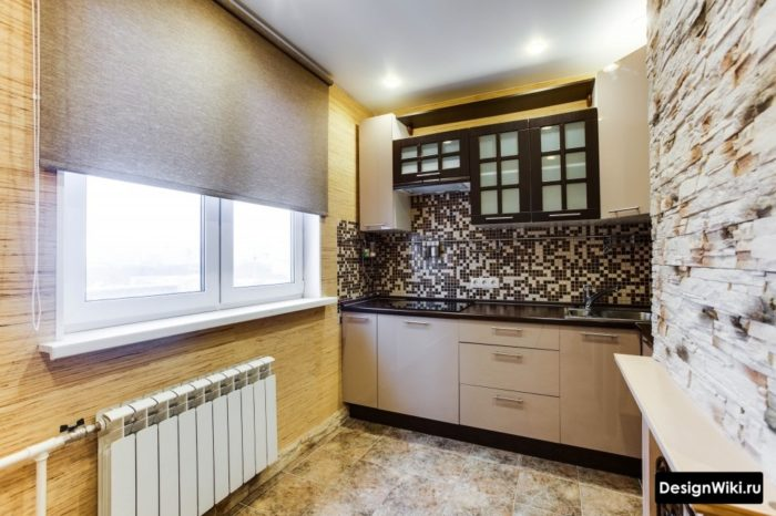 Серые льняные рольшторы на маленькой кухне