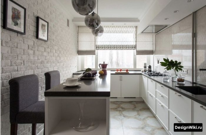 Серые полупрозрачные короткие шторы на белой кухне