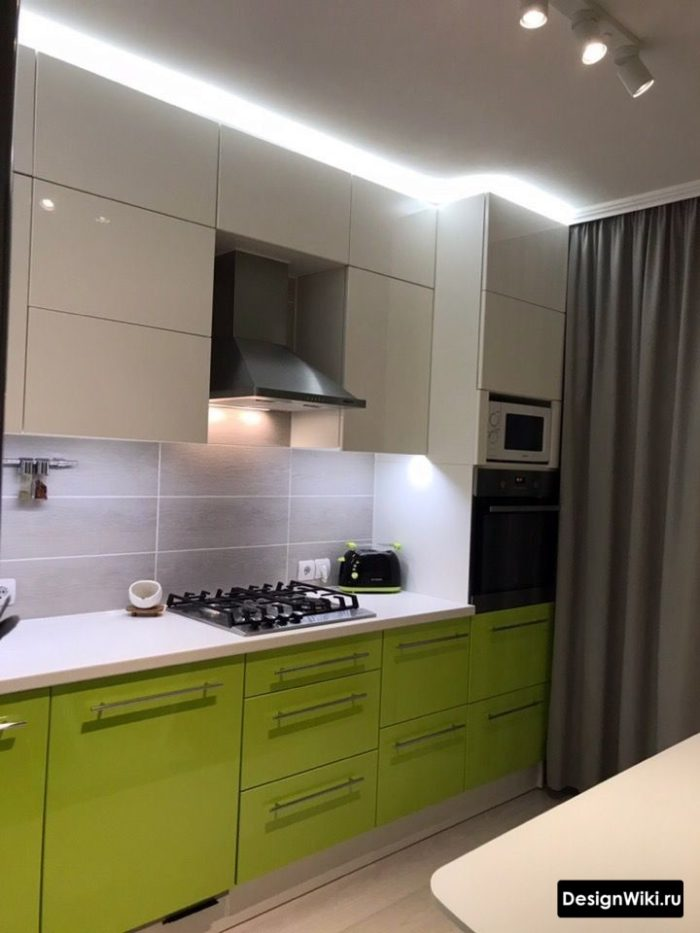 Серые шторы в интерьере зеленой кухни