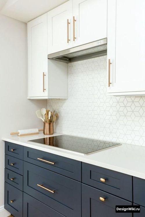 Синий низ белый верх до потолка кухни в стиле неоклассика