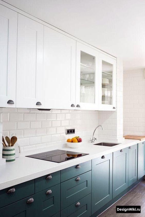 Синий низ белый верх кухни в стиле неоклассика