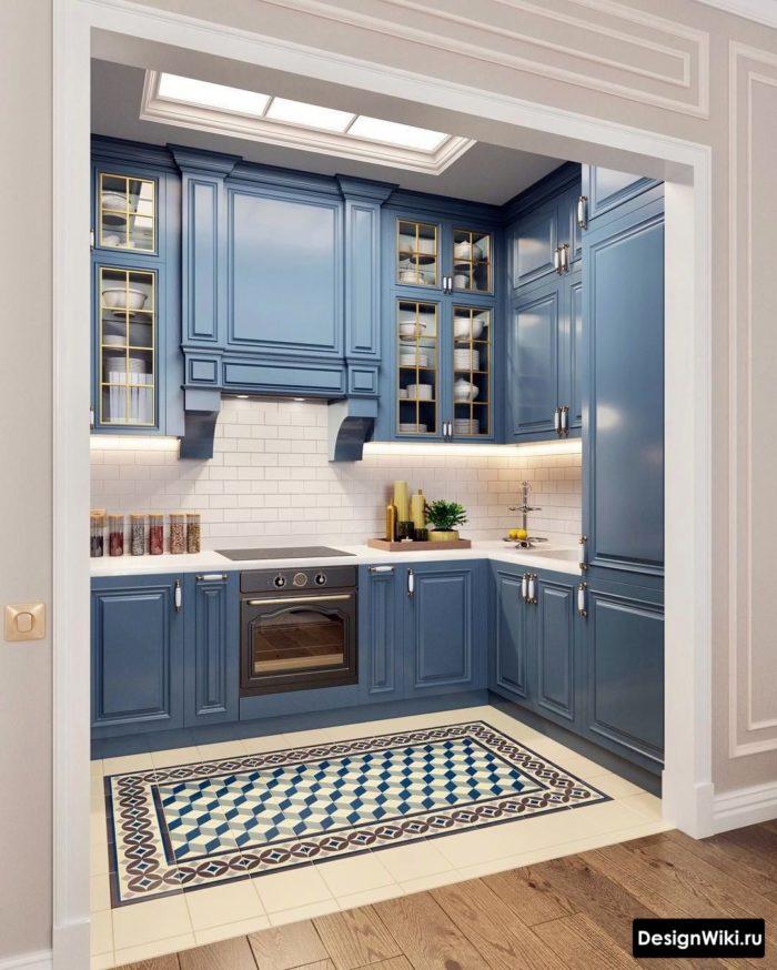 Синяя кухня-гостиная в стиле неоклассика