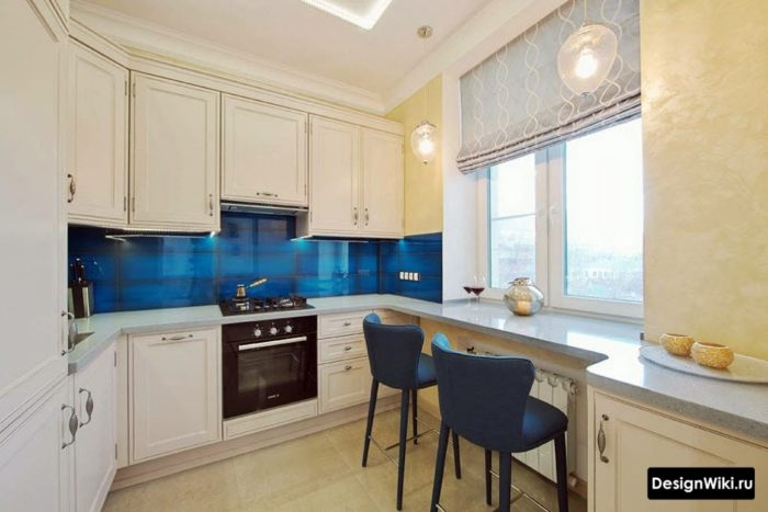 Современные римские короткие шторы в маленькой белой кухне