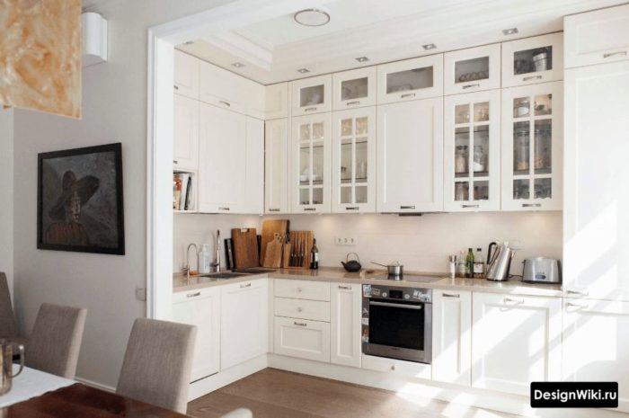 Современный духовой шкаф на кухне в стиле неоклассика