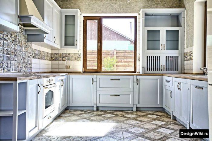 Сочетание плитки в голубой кухне в стиле прованс в загородном доме