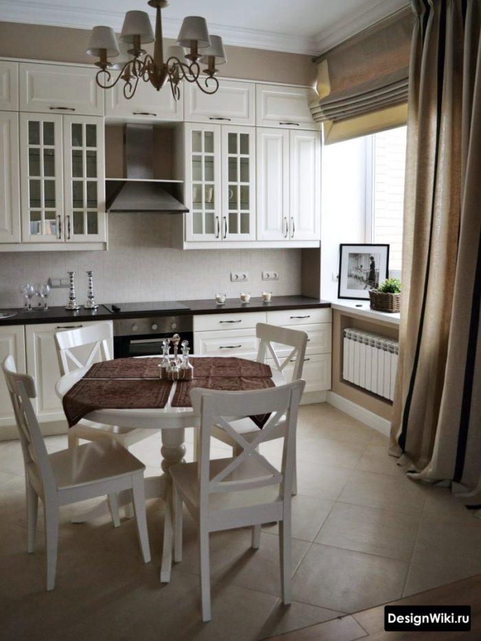 Сочетание римских и обычных штор из одной ткани на кухне