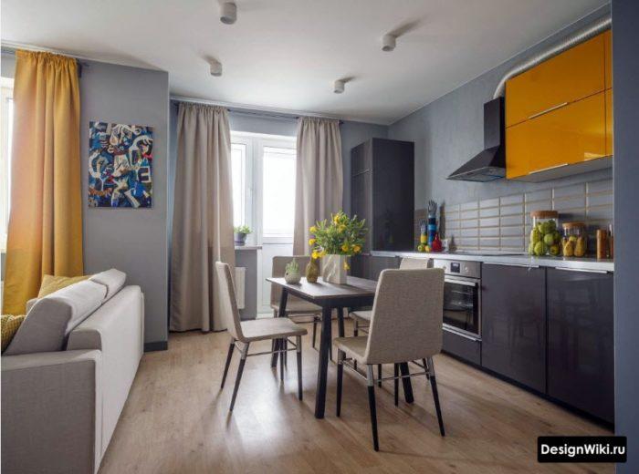 Сочетание серых и оранжевых штор в интерьере кухни