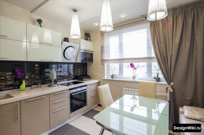 Сочетание серых тканевых длинных и коротких штор в современной кухне
