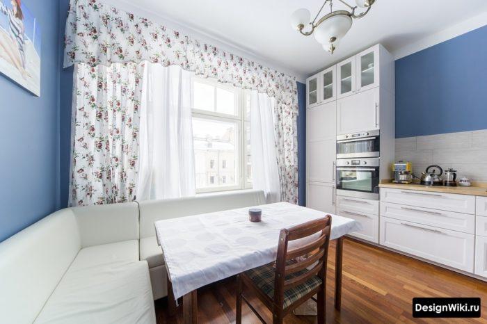 Сочетание штор с ламбрекеном и тюля на кухне в стиле неоклассика