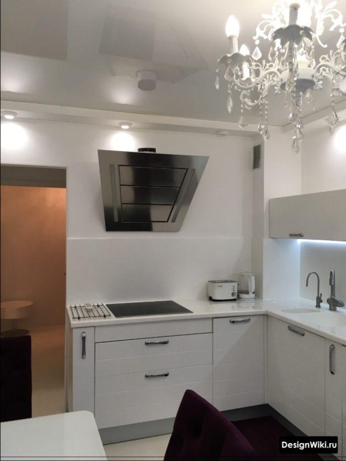 Стеклянный фартук в интерьере кухни в стиле неоклассика