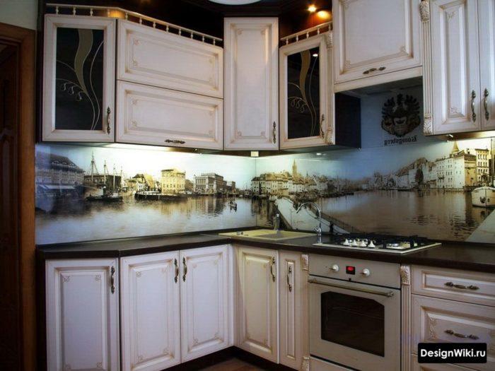 Стеклянный фартук с фотопечатью в угловой кухне в стиле прованс
