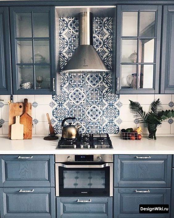 Темно-синяя кухня в стиле неоклассика
