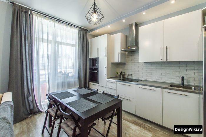 Тонкие серые штора на белой кухне