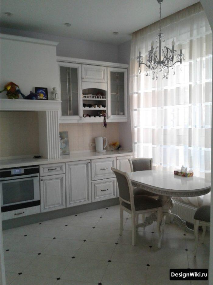 Тюль в полоску на кухне в классическом стиле