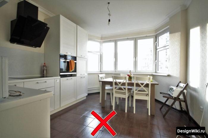 Тёмная плитка на полу кухни в стиле неоклассика